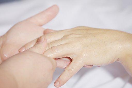Le massage se fait à sec, sans huile, directement sur la peau ou les vêtements selon la convenance du client